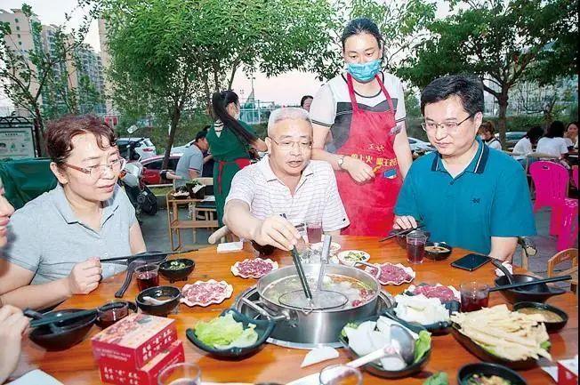 赞!14省市领导带头到餐厅吃饭,为餐饮业加油打气!